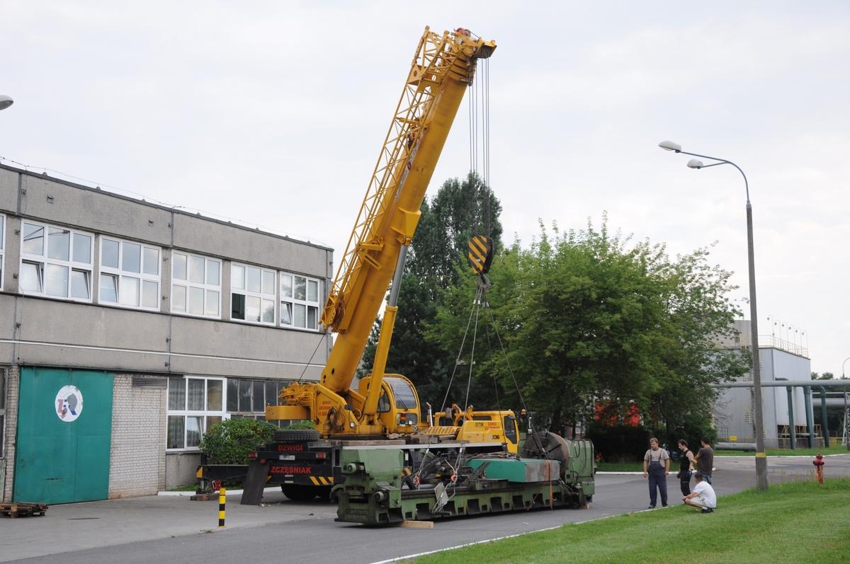 Dźwig o sile 70 ton podnoszący tokarkę ciężką Poręba TCG 125 o wadze 30 ton